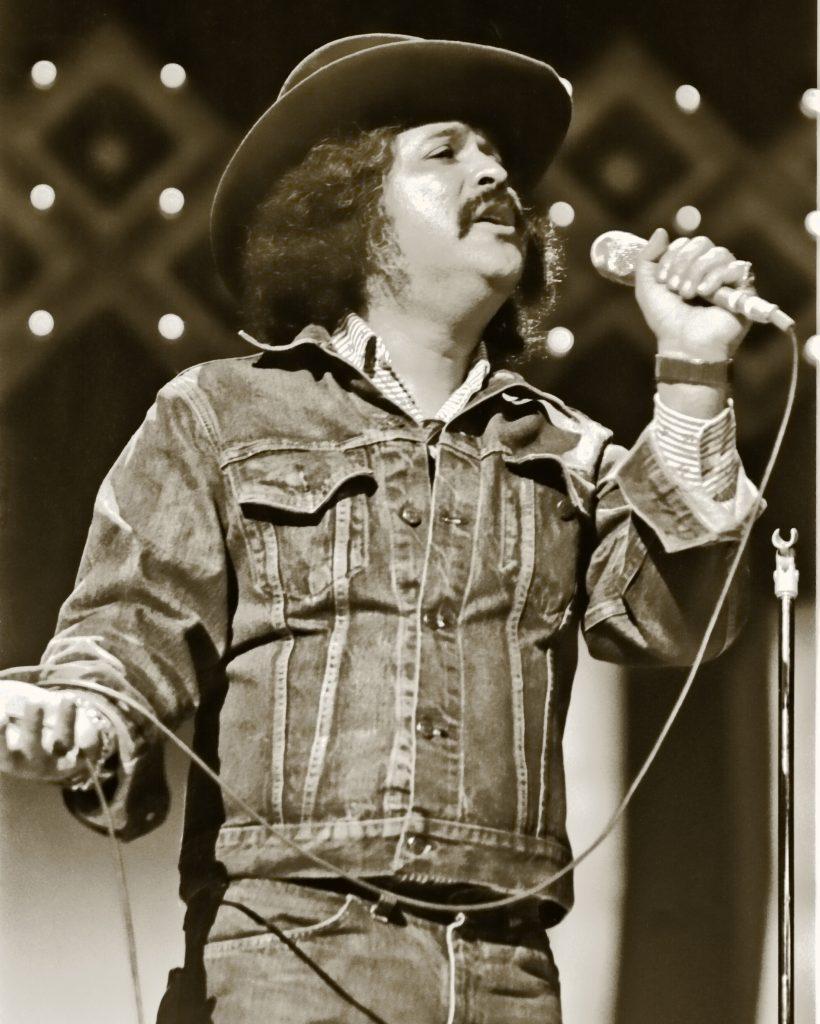 Freddy_Fender_singing_in_1977 - Wikimedia Commons