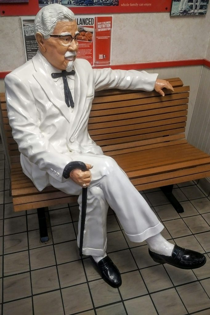 Colonel_Sanders_statue_sitting_on_bench