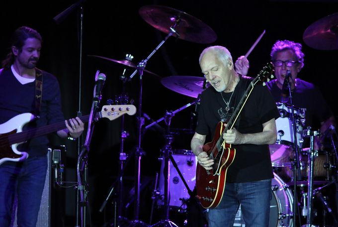 peter frampton announces farewell tour in light of muscle disease diagnosis. Black Bedroom Furniture Sets. Home Design Ideas