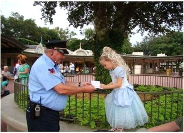 Security guard asks for the autograph of child in princess dress
