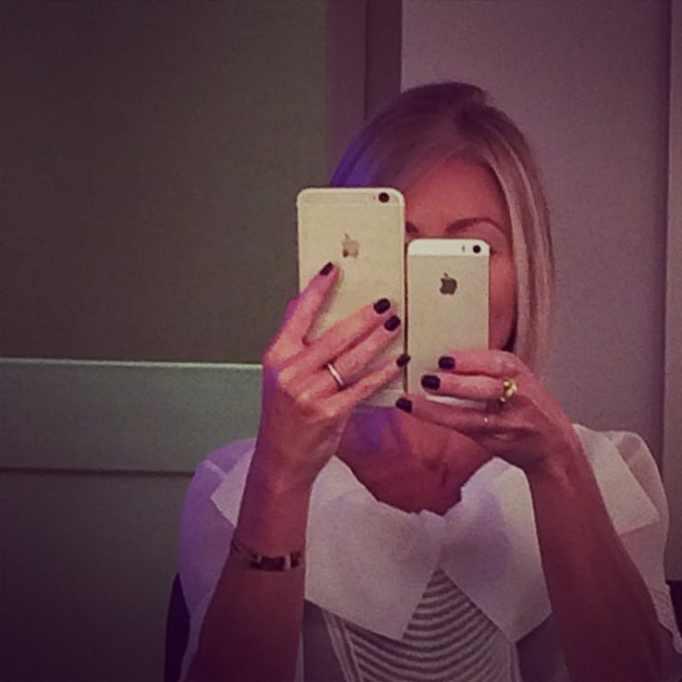 kelly ripa holding iphones