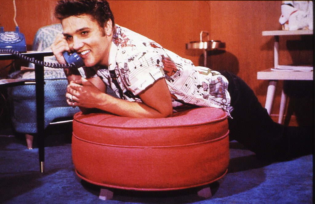 Photo of Elvis PRESLEY posed on the phone