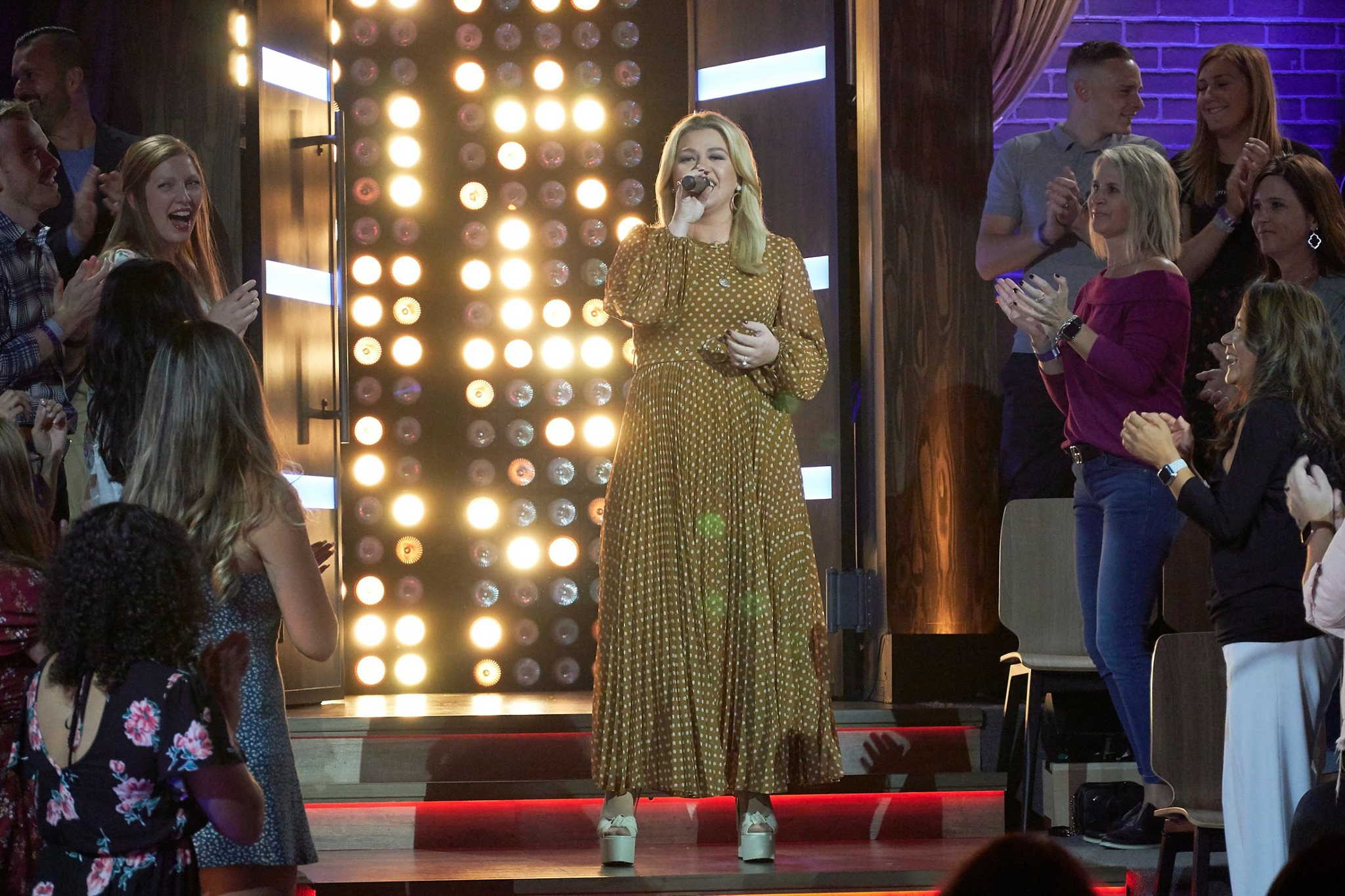 kelly clarkson performing on her talk show
