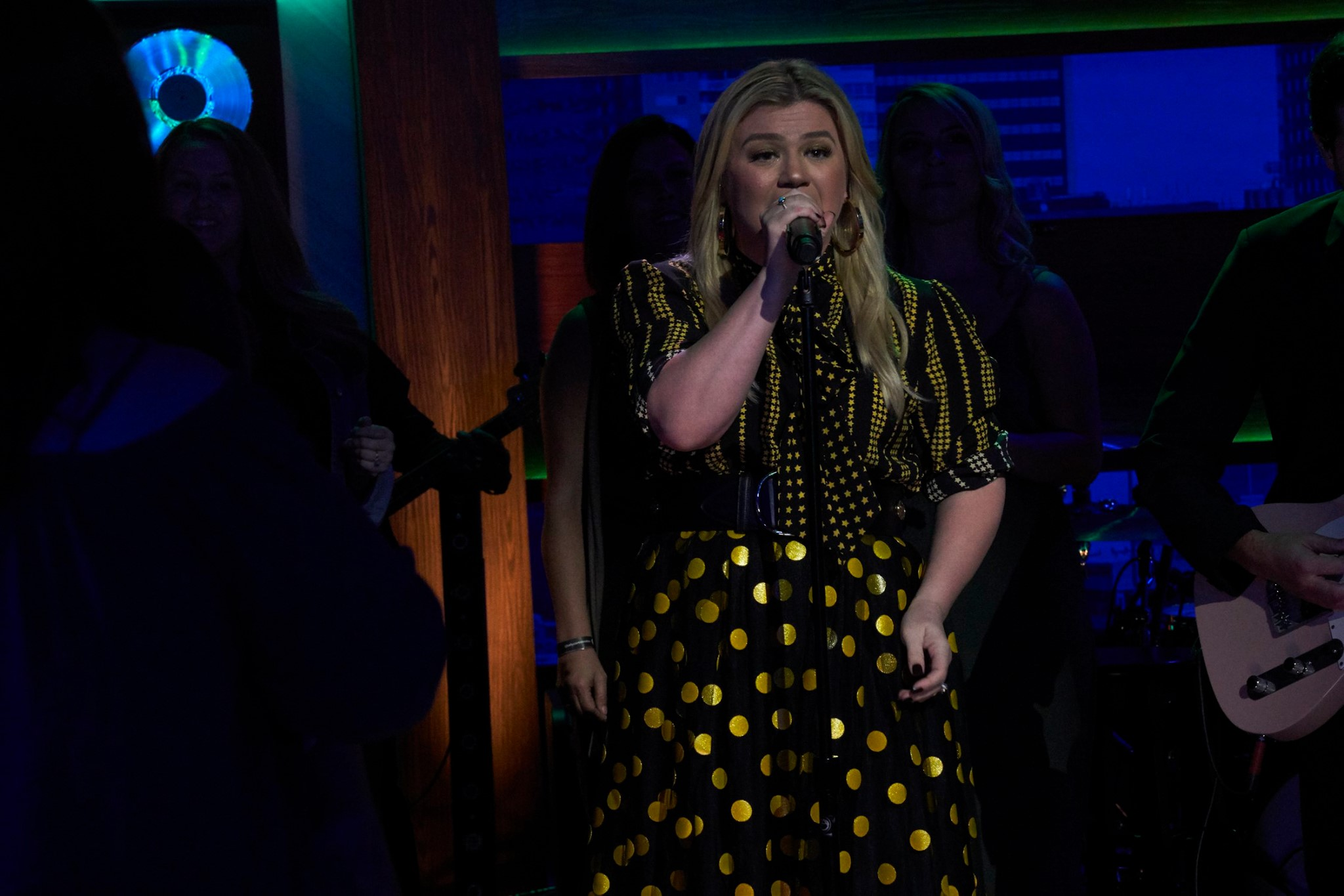 kelly clarkson singing on talk show