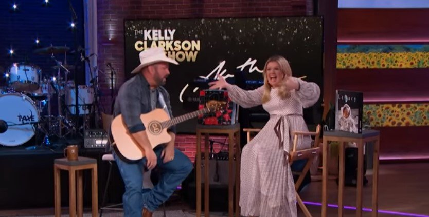 garth brooks serenading kelly clarkson on her talk show