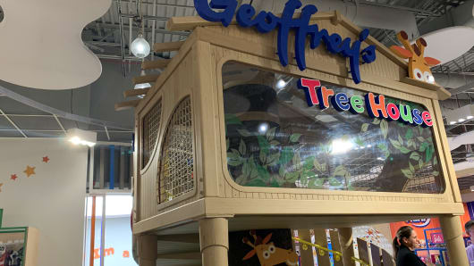 new toys r us store first look