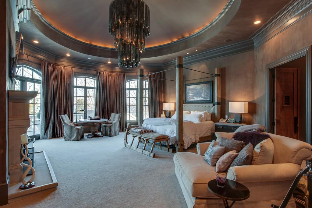 kelly clarkson master bedroom