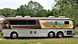 Willie Nelson's bus joined him on his way to work things out with the IRS, the better to sign autographs on the way