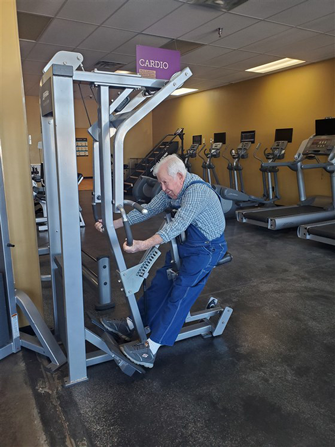lloyd black works out at a gym in his overalls at 91 years old