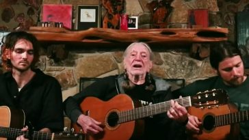 Willie Nelson and his sons perform Hello Walls