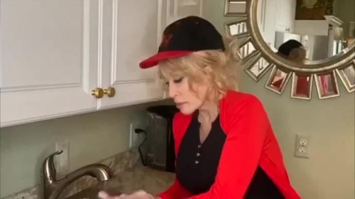 "Dolly Parton Sings New Version Of ""Jolene"" While Washing Hands"