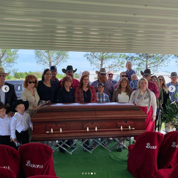 reba mcentire shares photos from moms funeral