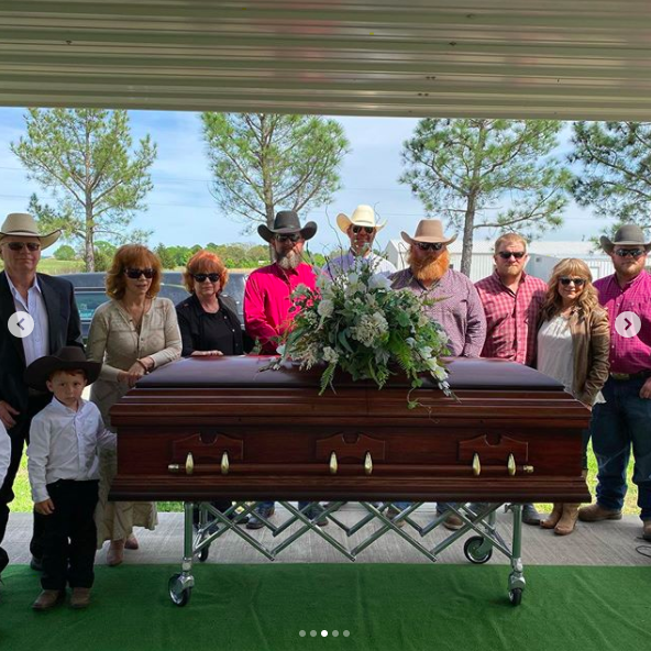 reba mcentire shares photos of her mothers funeral