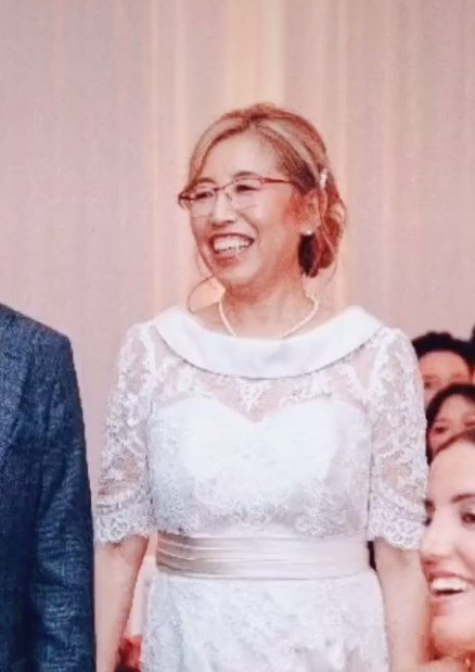 mom wearing white wedding gown at daughters wedding