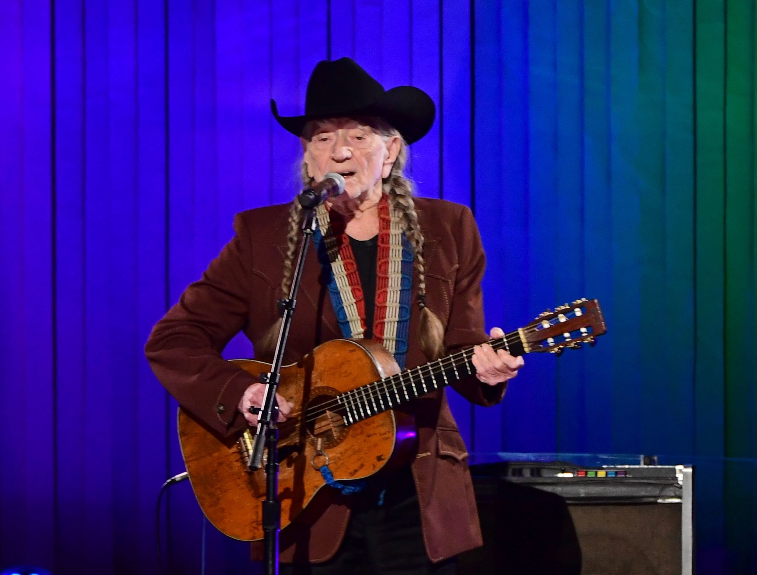 willie nelson performing