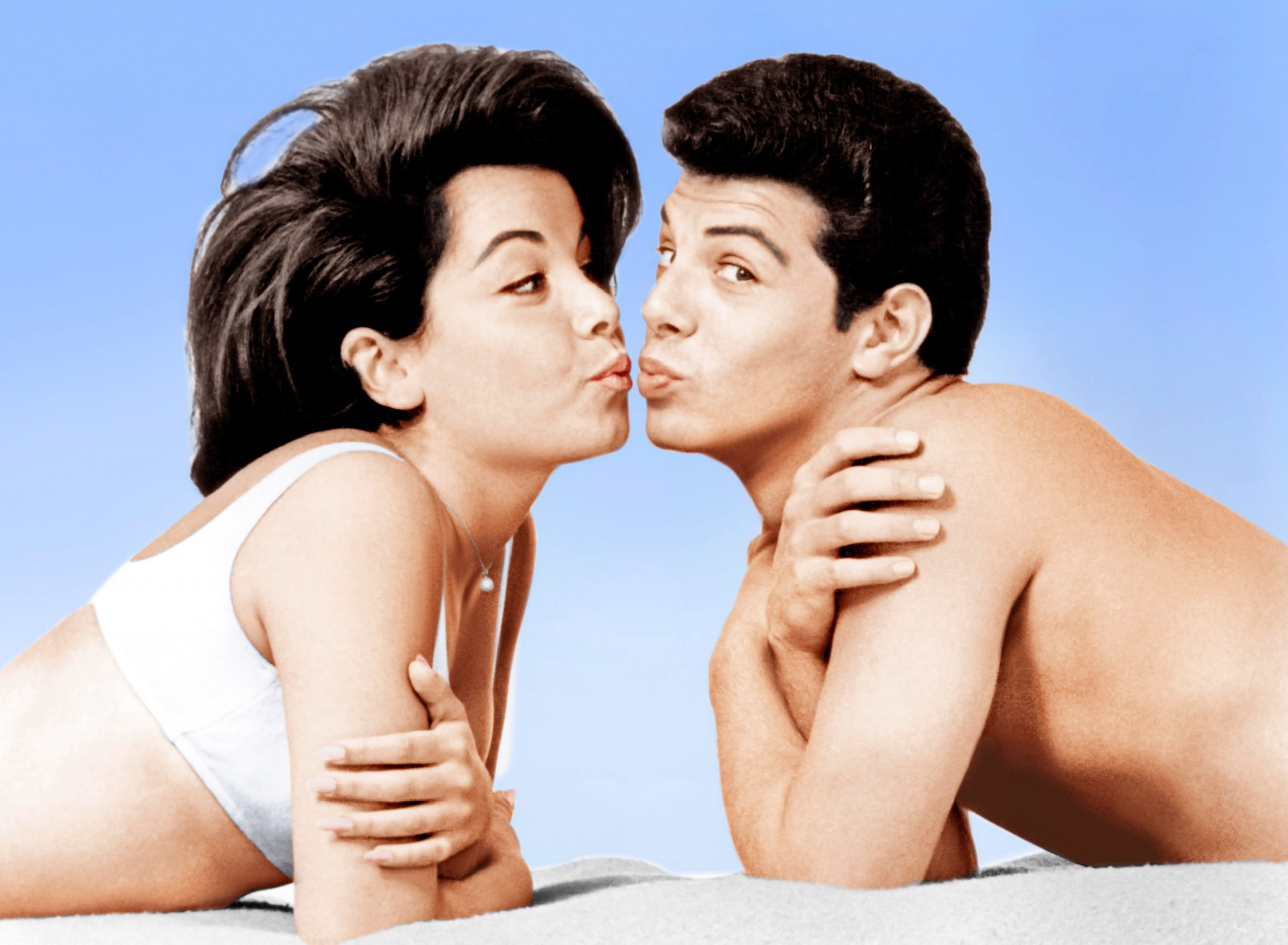 annette-funicello-frankie-avalon-beach-party