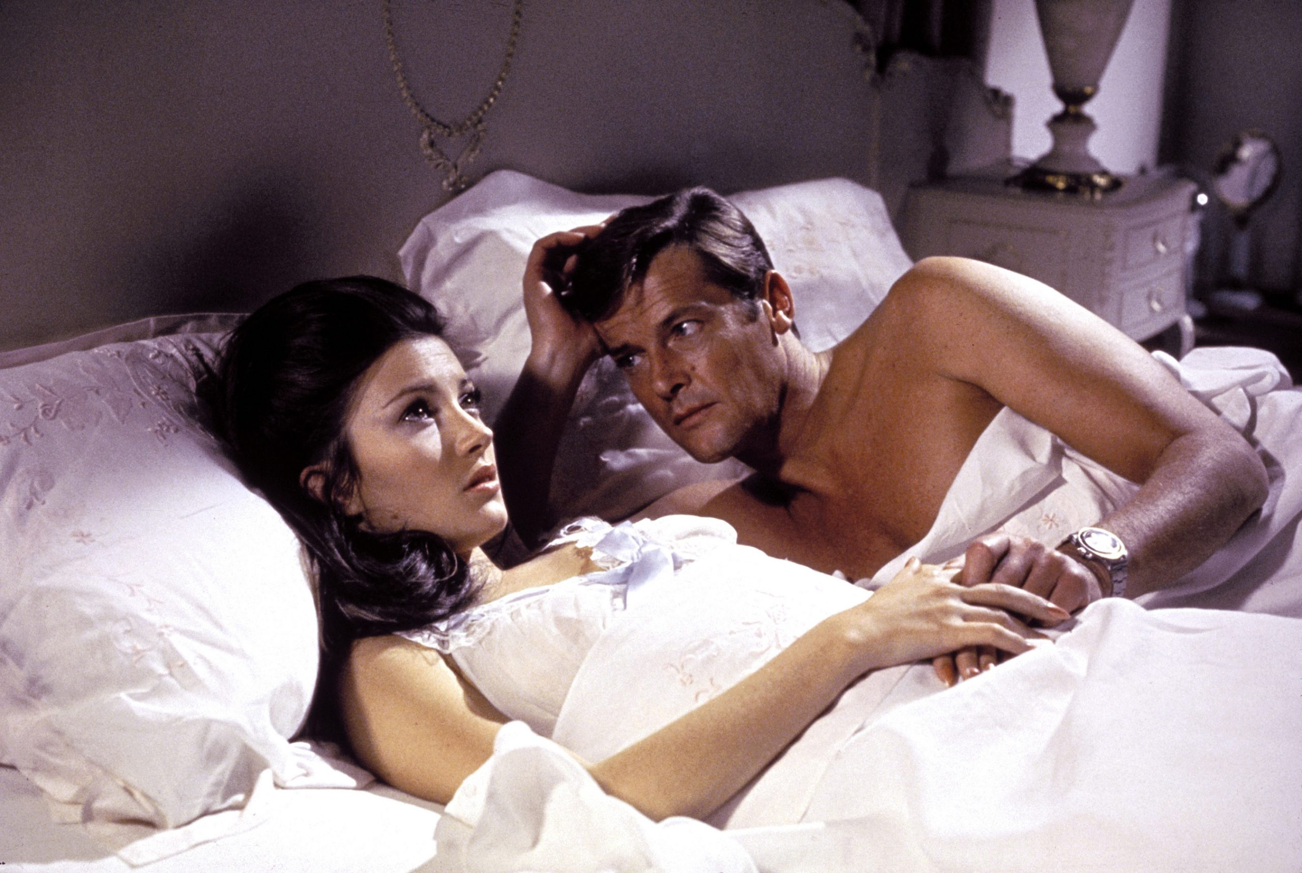 jane-seymour-roger-moore-live-and-let-die