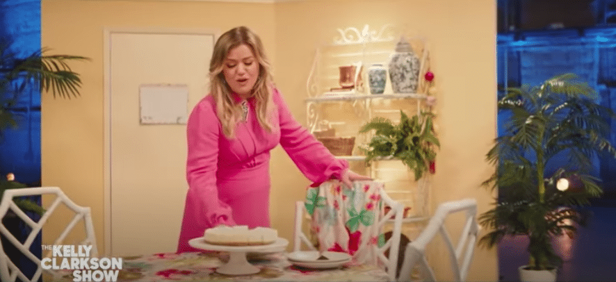 Kelly Clarkson Performs Stunning Medley Of 'Golden Girls,' 'Cheers,' 'Full House' Themes