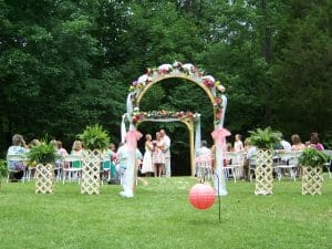 A couple allowed another to borrow their one-of-a-kind wedding arch