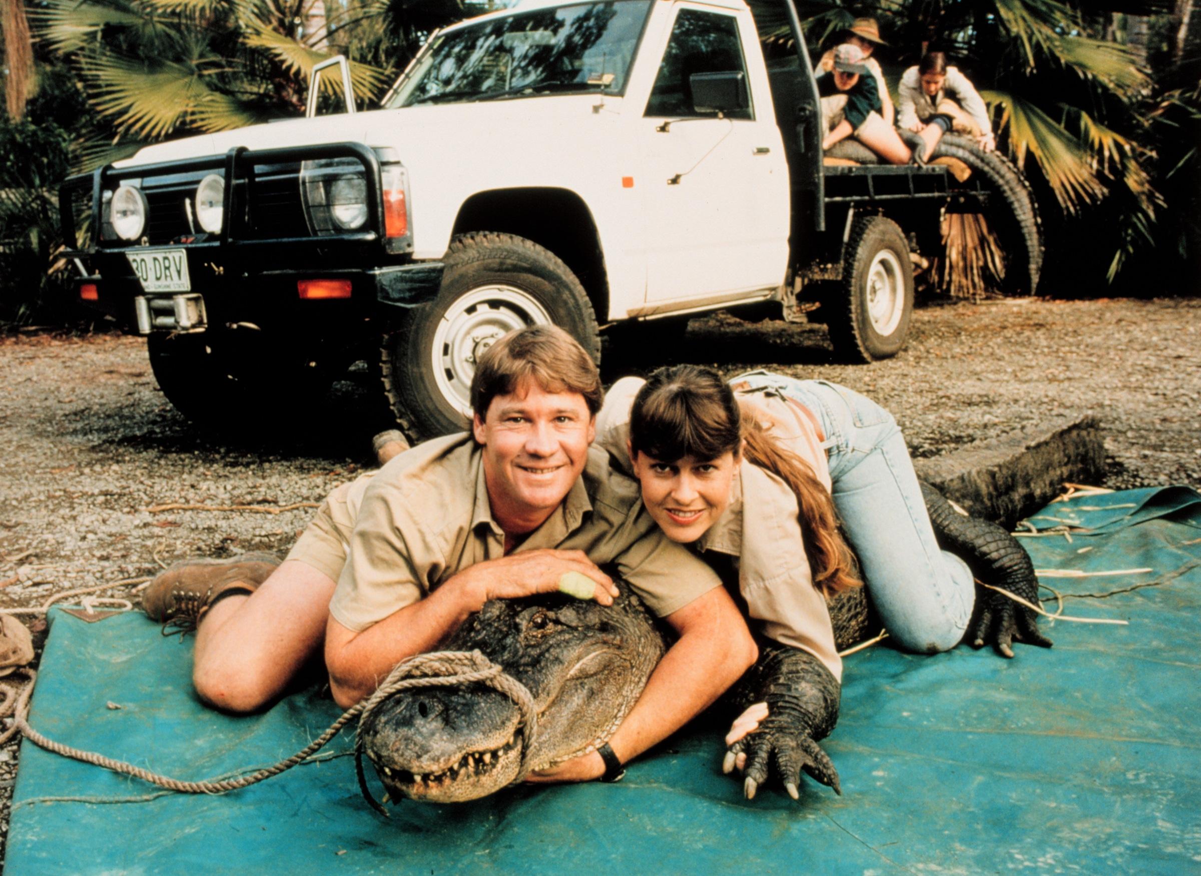 CROCODILE HUNTER, (l to r) Steve Irwin, a crocodile, Terry Irwin,