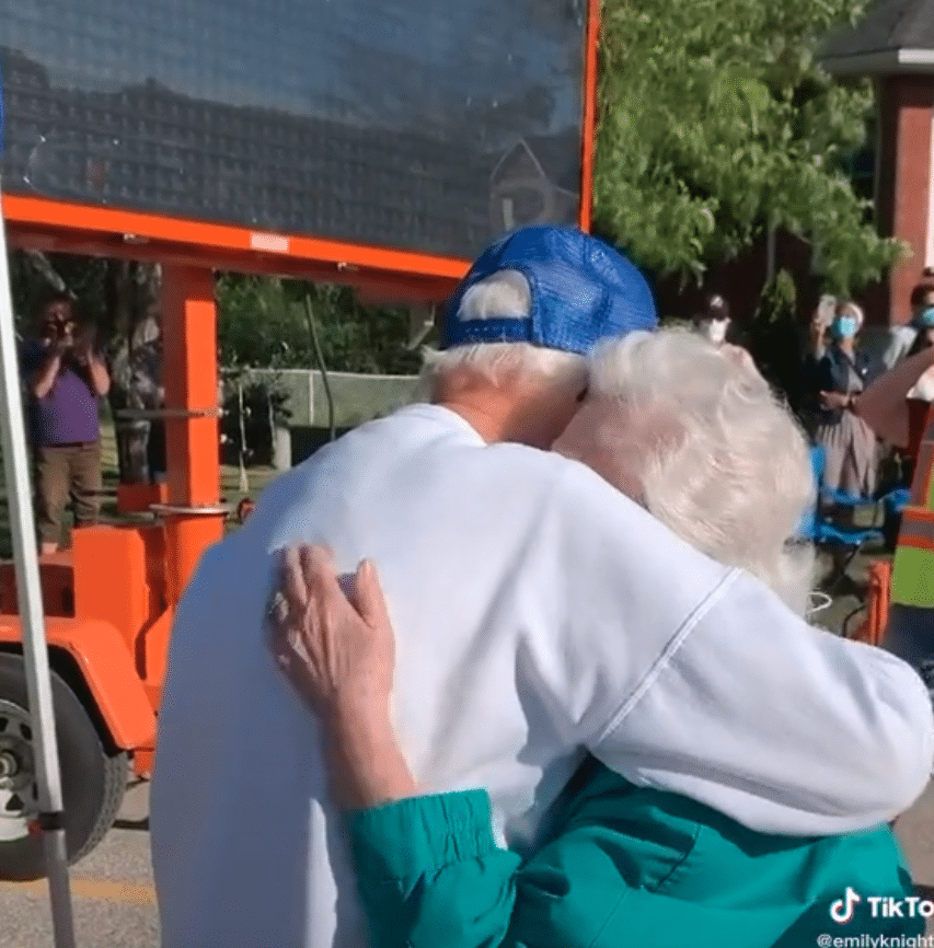 Great-grandpa and his sister reunite for first time since pandemic started