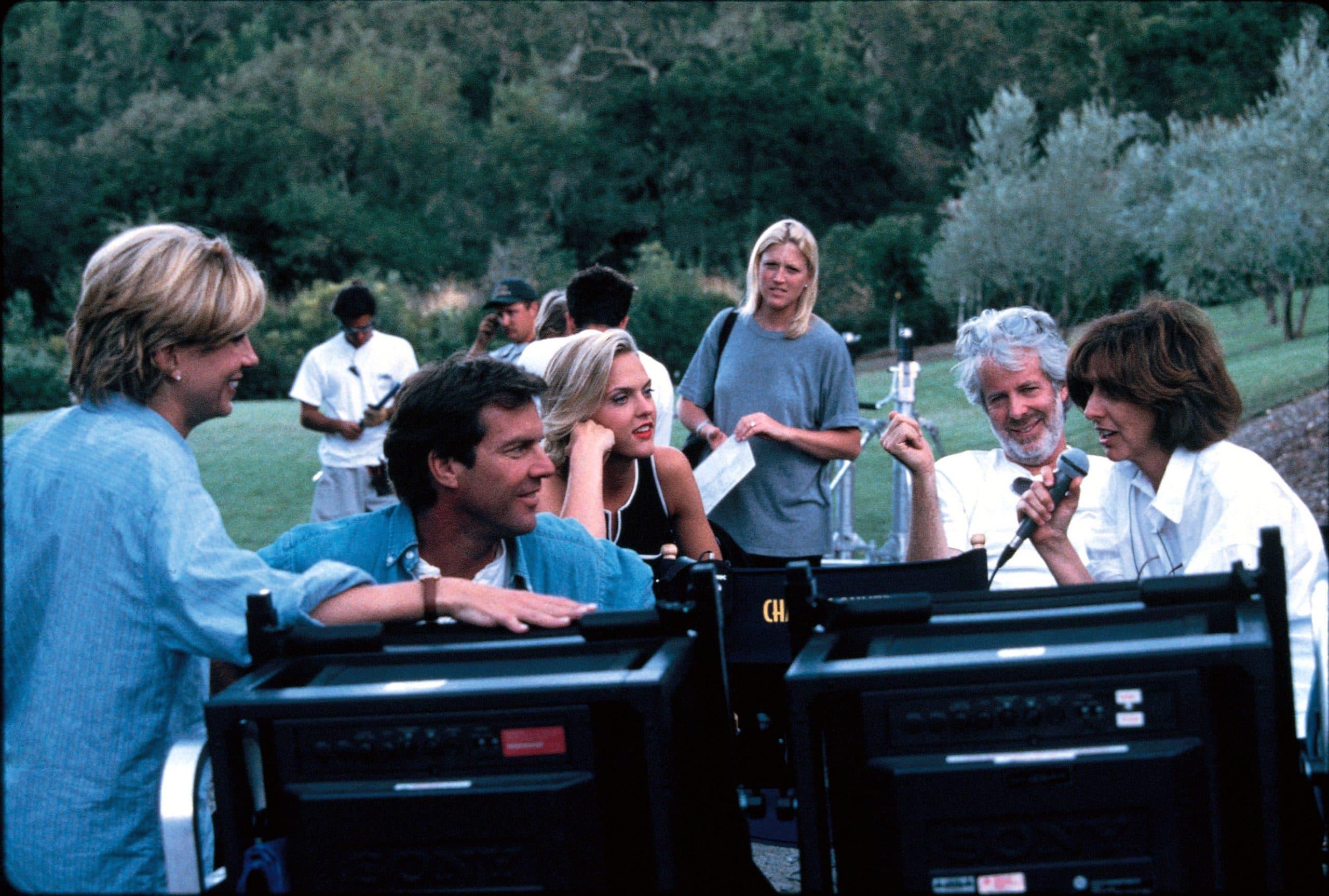 THE PARENT TRAP, Natasha Richardson, Dennis Quaid, Elaine Hendrix, screenwriter Charles Shyer, director Nancy Meyers on set, 1998